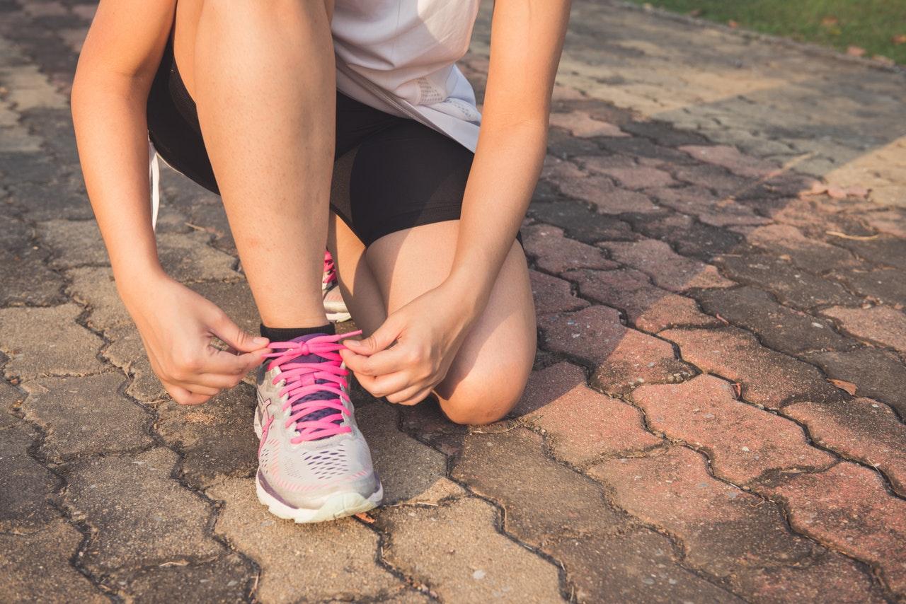 Kvinna som knyter skorna